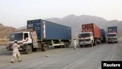 Các xe vận tải chở hàng tiếp liệu cho lực lượng NATO ở Afghanistan đi ngang qua lãnh thổ của Pakistan