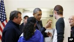 奧巴馬與新澤西州州長克里斯蒂在星期三慰問颶風災民