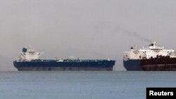 Sebuah kapal tanker Iran (kiri) berlabuh di Singapura (foto: dok). Iran mengekspor minyak ke India setelah Uni Eropa memberlakukan sanksi awal bulan ini.
