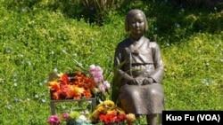 2013年加州树立全美第一座慰安妇纪念塑像 。(美国之音国符拍摄)