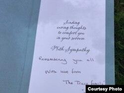 """Thiệp này có những dòng chữ in sẵn """"Xin gửi sự quan tâm và cảm thông để an ủi bạn trong lúc đau thương"""" cùng những chữ viết tay """"tưởng nhớ tất cả""""."""