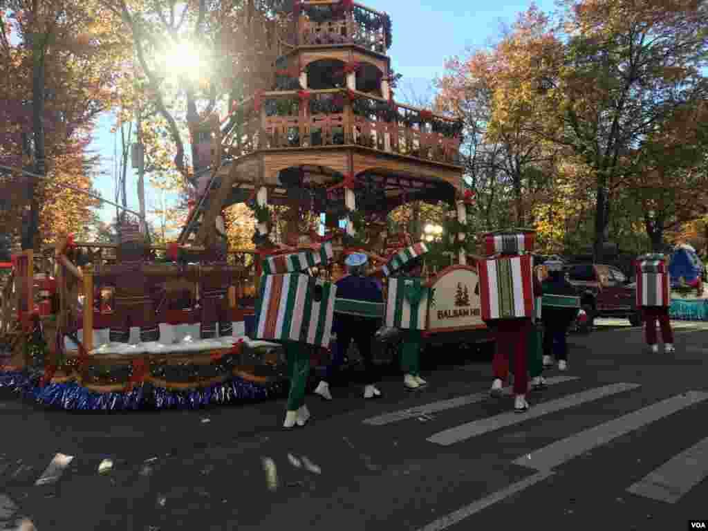 El desfile del Día de Acción de Gracias de Macy's recorre las calles de la ciudad de Nueva York el jueves, y según los meteorólogos, puede ser el más frío de la historia.