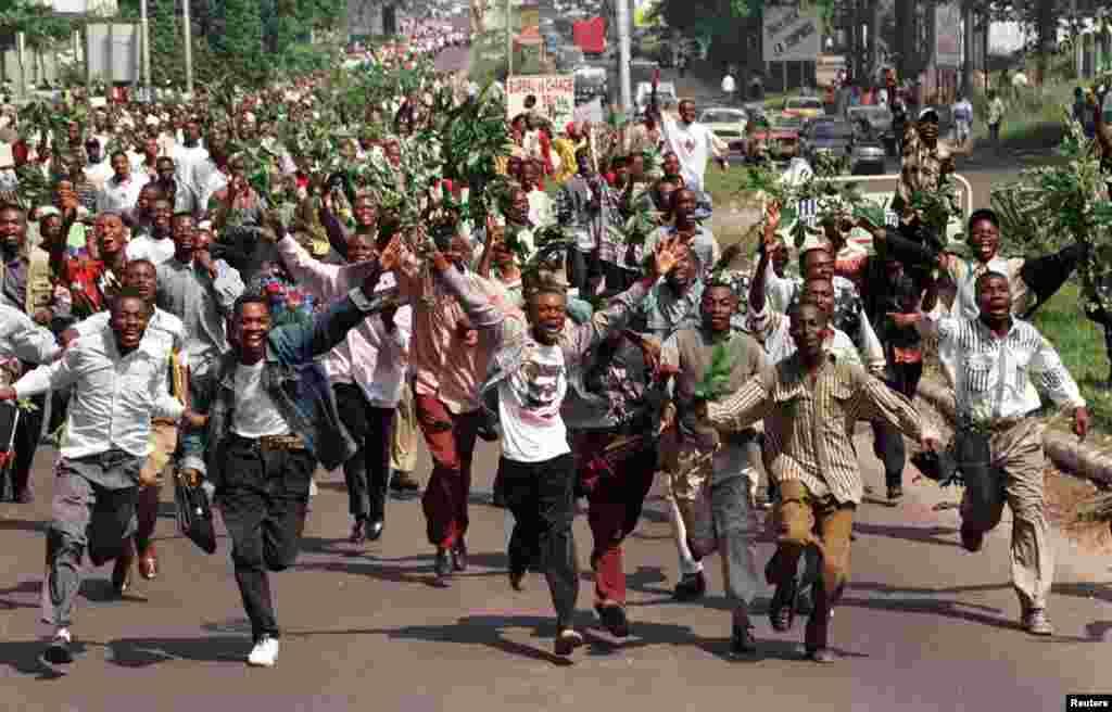 La population de Kinshasa jubile à l'entrée des rebelles de l'AFDL, le 19 mai 1997.