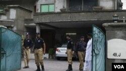 Polisi Pakistan memeriksa rumah warga AS Warren Weinstein di kota Lahore, di mana ia diculik kawanan bersenjata (14/8).