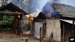Nhà cửa bị đốt cháy trong làng Kachugaon ở Ấn Độ, ngày 23/7/2012