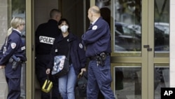테러 현장을 수색하는 프랑스 경찰. (자료사진)