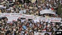 Những người ủng hộ Tổng thống Yemen Ali Abdullah Saleh trương biểu ngữ trong 1 cuộc biểu tình ủng hộ chính phủ của ông Saleh ở Sana'a, Yemen, 3/2/2011