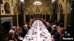 Para peserta KTT NATO melakukan perjamuan makan malam di Kastil Cardiff, Wales (4/9). (Reuters/Yves Herman)