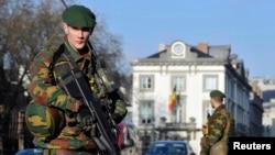Un soldado belga cuida la embajada de Estados Unidos en Bélgica, como parte de las medidas de seguridad antiterroristas.