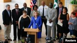 Thị trưởng Jennifer Roberts phát biểu trước các phóng viên vào buổi sáng sau cuộc biểu tình phản đối vụ cảnh sát bắn ông Keith Lamont Scott ở Charlotte, North Carolina, ngày 21 tháng 9 năm 2016.