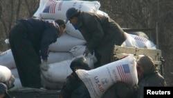 지난 2008년 12월 북한 신의주 주민들이 미국에서 지원한 식량을 트럭에서 내리고 있다. 식량 자루에 'USAID(미국제개발처)' '미국에서 보내온 선물' 이란 문구가 씌여있다.