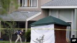 Một nhân viên điều tra FBI đến căn hộ, nơi người đàn ông bị bắn
