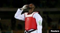 Le Nigérien Issoufou Alfaga Abdoulrazak lors d'un combat pendant les Jeux Olympiques, le 20 août 2016.