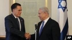 Mitt Romney (kiri) mengadakan pertemuan dengan PM Israel Benyamin Netanyahu di Yerusalem hari Minggu (29/7).