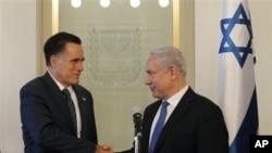 Mitt Romney (kiri) bertemu PM Israel Benyamin Netanyahu di Yerusalem hari Minggu (29/7). Kunjungan Romney ke Luar Negeri tak banyak berpengaruh terhadap pemilih AS menjelang pilpres.