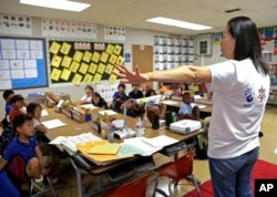 Dans cette photo du 30 septembre 2016, l'enseignante Regina Yang dirige une classe d'immersion bilingue coréen-anglais à la Porter Ranch Community School à Los Angeles.