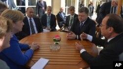 ຈາກຊ້າຍຫາຂວາ ນຍ ເຢຍຣະມັນ Angela Merkel, ປະທານາທິບໍດີ ຣັດເຊຍ Vladimir Putin, ທ່ານ Petro Poroshenko ປ. ຢູເຄຣນ ແລະ ທ່ານ Francois Hollande ປະທານາທິບໍດີຝຣັ່ງ ທີ່ເຫັນໃນກອງປະຊຸມໃນນະຄອນ Paris, ຝຣັ່ງ, 2 ຕຸລາ, 2015.