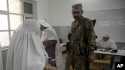 پرامن انتخابات کے انعقاد کے لیے حساس پولنگ اسٹیشنز کے اندر فوج کے اہلکاروں کو تعینات کیا گیا۔ (فائل فوٹو)