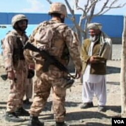 Mještanin Baraki Baraka u Afganistanu u razgovoru sa američkim vojnicima