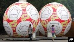 forme de ballons de football à l'extérieur du Stade des travailleurs de Pékin, mardi 6 Juin 2006. Des millions de Chinois devraient s'y rendre après minuit chaque jour pour regarder les matchs en direct lors de la Coupe du monde , malgré l'échec de qualification de leur propre équipe pour le tournoi. (AP photo / Greg Baker )