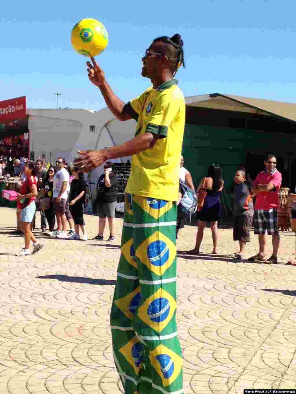 Les supporters Brésiliens s'échauffent à Brasilia
