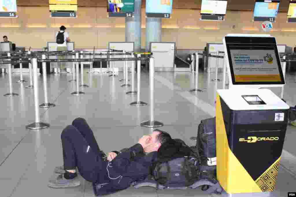 El transporte hacia el aeropuerto de El Dorado disminuyó en un 85%; sin embargo, dentro de la terminal aérea se presentan problemas con pasajeros, en su mayoría extranjeros, que aún no han podido salir del país.
