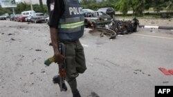 Cảnh sát Nigeria tại hiện trường vụ nổ bom ở Abuja, ngày 1/10/2010