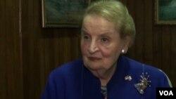 အေမရိကန္ ႏိုင္ငံျခားေရး၀န္ႀကီးေဟာင္း Madeleine Albright ကို ဗြီအိုေအက သီးသန္႔ေတြ႔ဆံုေမးျမန္းေနစဥ္ (ဓာတ္ပံု - ဗြီအိုေအ ျမန္မာပိုင္း)