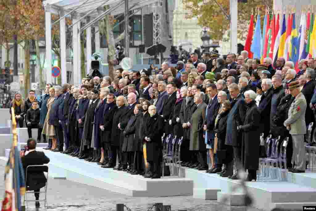 2018年11月11日在巴黎,美国总统特朗普和多国领导人参加第一次世界大战结束100年纪念仪式,观看美国华裔大提琴家马友友演奏。