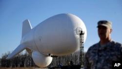 Un globo aerostático similar al que causó el revuelo el miércoles, es mostrado en su base de Maryland.