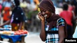 Une femme parle au téléphone sur un marché dans le quartier d'Abobo à Abidjan, en Côte d'Ivoire, le 17 avril 2011.
