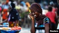 Une femme parle au téléphone dans un marché dans le quartier d'Abobo à Abidjan, en Côte d'Ivoire, le 17 avril 2011.