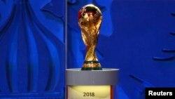 Le trophée de la Coupe du monde de la Fifa, en Russie, le 25 juillet 2015.