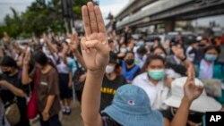 Người biểu tình tại Bangkok Thái Lan đưa 3 ngón tay chào, ngày 19/10/2020.