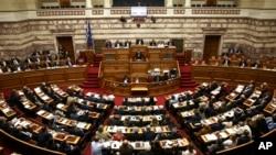 ນາຍົກຂອງກຣິສ ທ່ານ Alexis Tsipras ຖະແຫລງຕໍ່ບັນດາ ສະມາຊິກສະພາ ເລື່ອງຮ່າງກົດໝາຍ ວ່າດ້ວຍການປະຢັດມັດ ທະຍັດ ທີ່ເປັນການໂຕ້ແຍ້ງກັນ ໃນລະຫວ່າງ ກອງປະຊຸມ ສະໄໝສາມັນ ໃນນະຄອນຫຼວງ Athens, ວັນທີ 8 ພຶດສະພາ 2016.