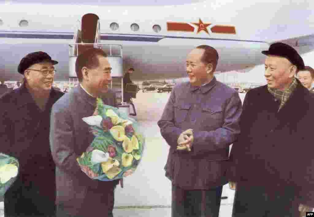 """1964年11月(法新社说这是1957年的照片,本图集没有采用此说)中共领袖毛泽东、刘少奇和朱德在北京首都机场欢迎访问苏联归来的中国总理周恩来。照片中的刘少奇曾在文革时期被剪掉。1964年11月5日,由周恩来、贺龙率领的中国党政代表团前往苏联参加十月革命47周年庆典。这次飞行的机组组长回忆说:""""我们驾驶的伊尔-18飞机,就是前几年刚从苏联引进的,驾驶人家的飞机飞到人家的国土访问,心里很不踏实。 """"""""为了封锁总理专机起飞时间的有关信息以防不测,我国保卫人员特意把机组人员召集到中国大使馆的密室,互相之间都不说话,只用手写字条的方式交谈。提前把飞机准备好,然后,采取突然'袭击'的办法,在通知对方要走的同时,立即起飞。""""在苏联机场上,为了安全,中方时刻监视这架飞机,加油也用苏联方面本来要给苏联飞机加的油,中方拦下,要求用于中国代表团的专机。"""