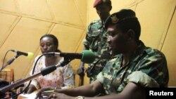 Le général major Godefroid Niyombare lit la déclaration de prise de pouvoir sur la Radio Publique Africaine (RPA) à Bujumbura, Burundi, 13 mai 2015.