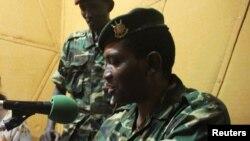 Le général-major Godefroid Niyombare fait une adresse à la nation à la Radio Publique Africaine (RPA), 13 mai 2015.