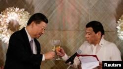 在菲律賓馬尼拉馬拉坎南總統府的國宴上,中國國家主席習近平和菲律賓總統杜特爾特共同舉杯。 (2018年11月20日)