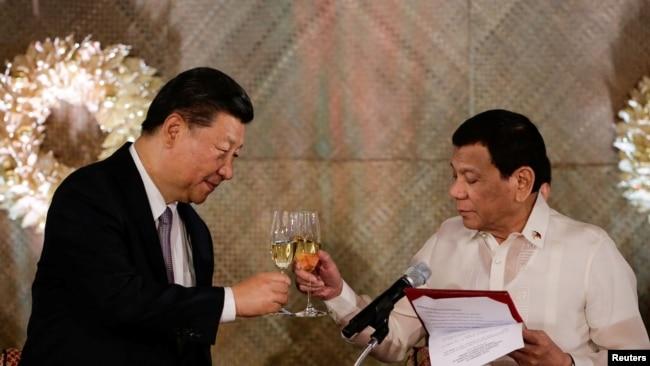 Chủ tịch Trung Quốc và Tổng thống Philippines ở Manila hôm 20/11.