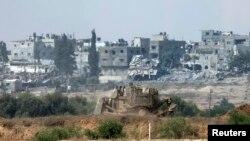 یک بولدوزر زرهی اسرائیلی در حال حرکت در مناطق شمالی نوار غزه – ۶ امرداد ۱۳۹۳