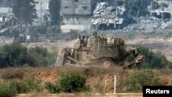 Xe ủi của quân đội Israel di chuyển ở phía bắc dải Gaza.