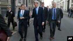 Государственный секретарь США Джон Керри (в центре)
