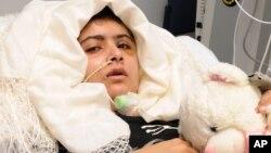 Malala Yousufzai, nữ sinh bị các phần tử Taliban bắn trọng thương đang hồi phục tại bệnh viện Queen Elizabeth ở Birmingham, Anh