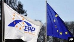 欧盟旗帜(右)周四飘扬在布鲁塞尔郊外