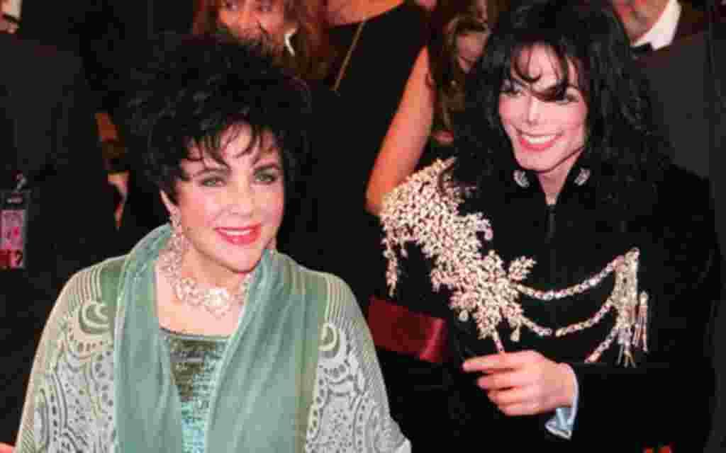 Elizabeth Taylor llega junto a su amigo Michael Jackson en el teatro Pantages de Hollywood, en 1997.