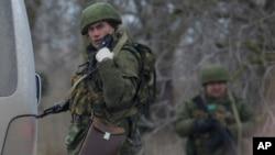 Naoružani muškarci u uniformama blokiraju put prema vojnom aerodromu u Sevastopolju, 28. februara 2014.