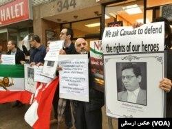 حامیان افزایش تحریم های ایران در کانادا عکسی از عبدالفتاح سلطانی وکیل زندانی نیز در دست داشتند.