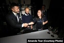 Amanda mendapatkan selamat dari ketua Juri, setelah mememangkan babak final (Courtesy: Amanda Toar, Koleksi Pribadi)