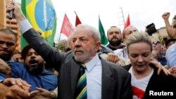 L'ancien président brésilien Luiz Inacio Lula da Silva arrive à la Cour de Justice fédérale pour témoigner à Curitiba, au Brésil, le 10 mai 2017.